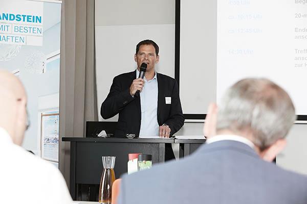 Jochen Bayer eröffnet die Mitgliederversammlung des BV KSI_Bild01_(c)Henning Stauch-Bundesverband Kalksandsteinindustrie.jpg